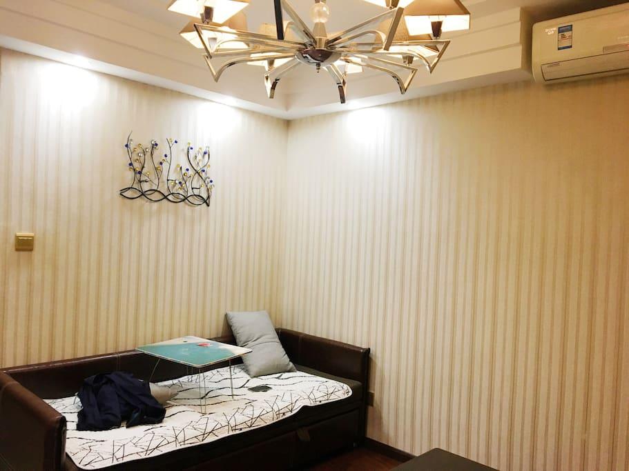 客厅,沙发拉开后就是一米六沙发床