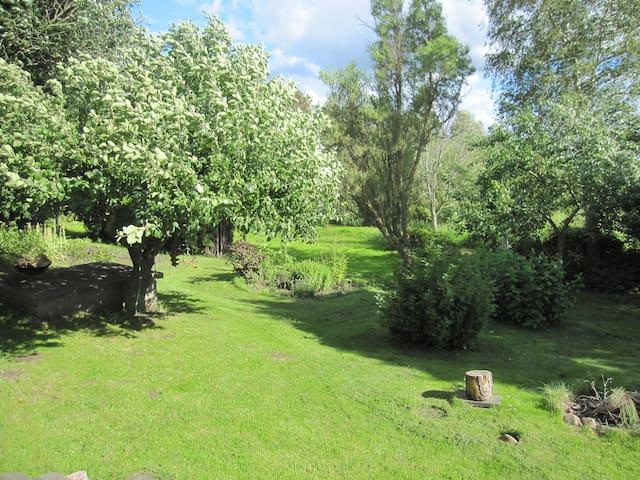 Familevenligt hus  tæt på Århus med stor have - Harlev - House