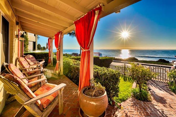 Oceanfront Cottage, World Class Views & Jacuzzi