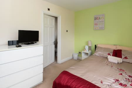 Room with private bathroom, TV and wifi