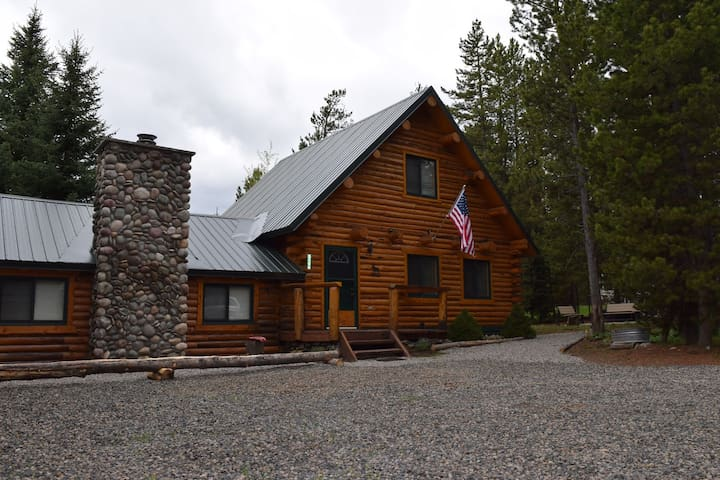 LAZY MOOSE CABIN⭐️FREE WIFI SATELLITE TV BBQ GRILL 35MIN TO YELLOWSTONE