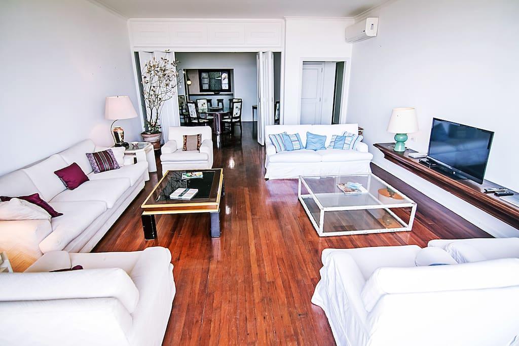 Imóvel de 4 quartos, para até 10 pessoas, com vista deslumbrante para a praia de Ipanema com 250m² bem divididos em sala, cozinha, 4 quartos, 3 banheiros e área de serviço com 2 quartos dependência de empregada, maquina de lavar roupas e 1 vaga de garagem.