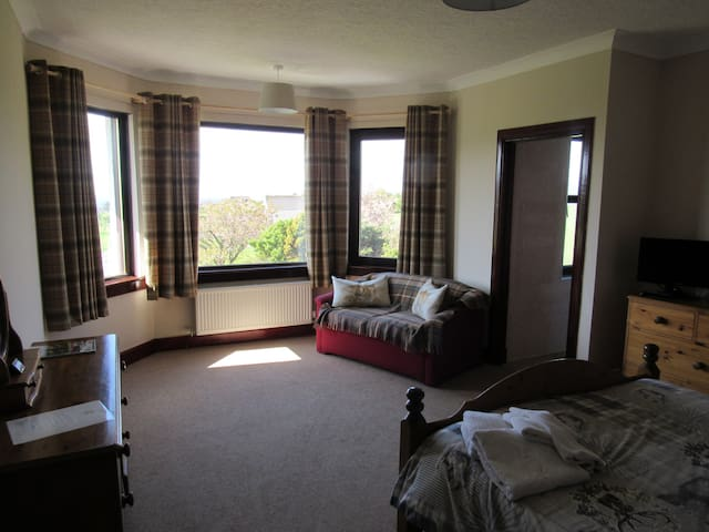 Room 3 - Large Kingsize bedroom with sea views - Blackwaterfoot