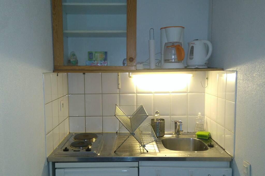 The kitchenette with a boiler and a coffee maker. Le coin cuisine avec un bouilloire et une cafetière.