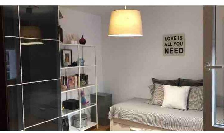 Habitación con acceso a apto entero.28€dia