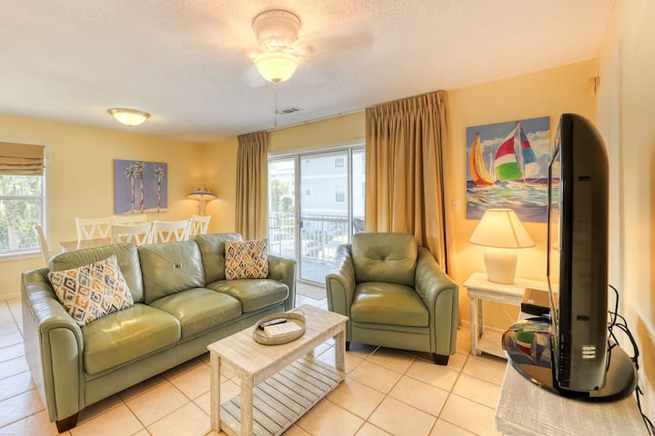 Beach-goers' condo w/ balcony & shared pools/tennis - 1/4 mile to sand!