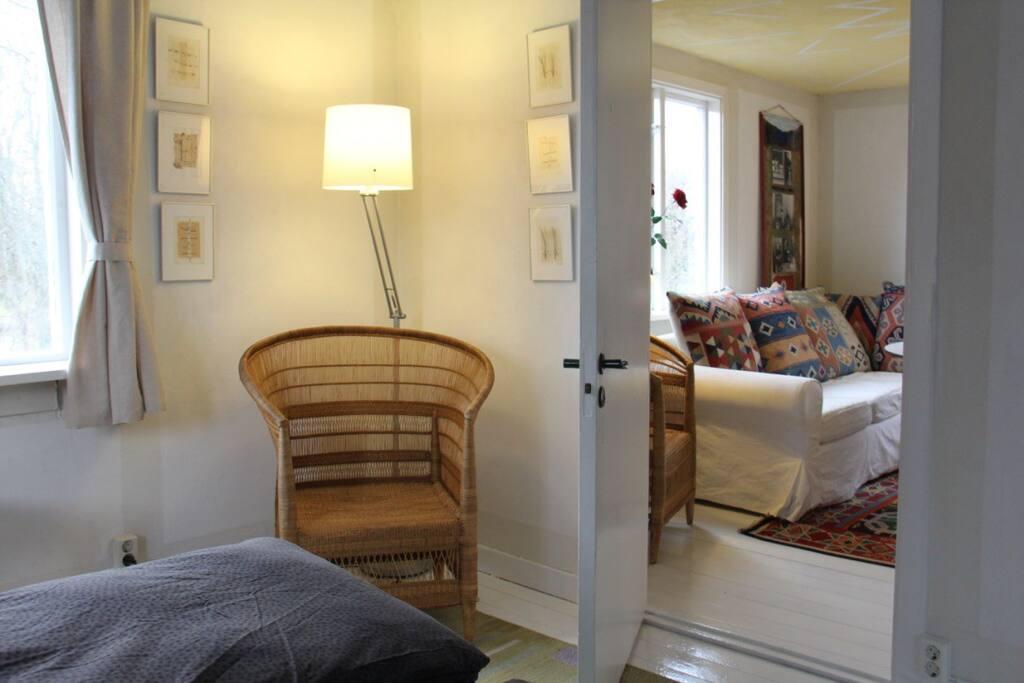 Lille Øst: Kig fra soverum ind i stuen