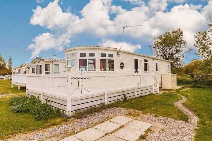 Great place to enjoy dog friendly holidays with views in Norfolk ref 10132B