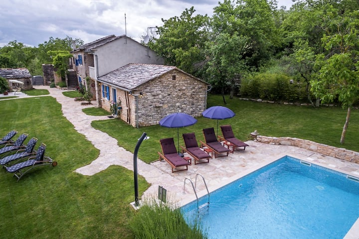 Attractive villa with pool and fenced garden - Privacy Guaranteed
