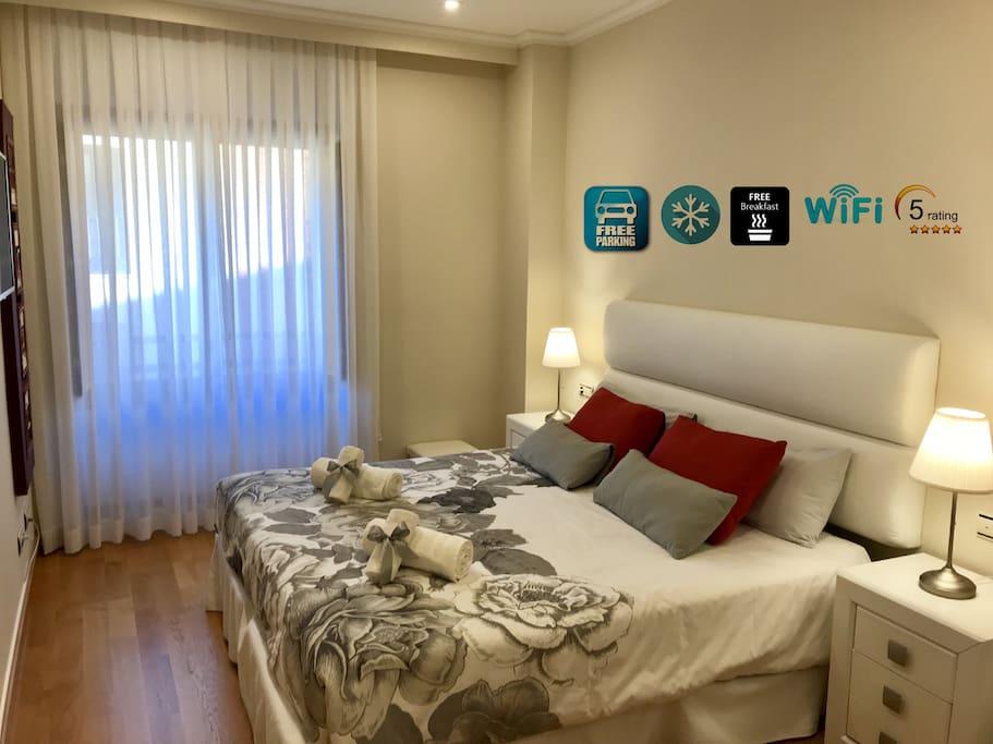 Dormitorio principal con gran ventana a la calle. Muy luminoso. Con TV plana en la pared. Cama 1,80x2,00m.