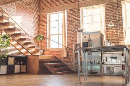 Bright, spacious DTLA loft with exposed brick - Los Angeles - Loft