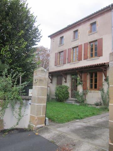 Maison auvergnate de charme - Veyre-Monton - House
