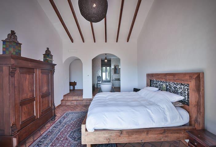 Master bed/bathroom