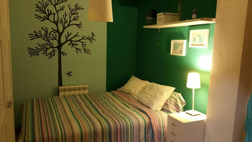 BIG BED & VERY NICE TOURQUEIS ROOM. - Madrid - House