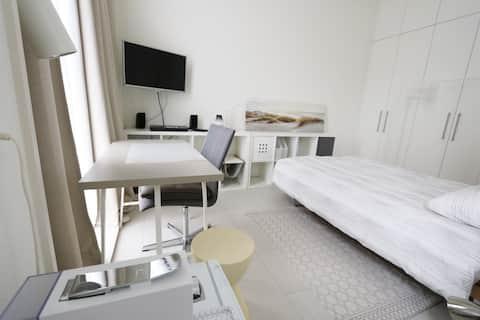 Zürich: Zimmer in Atelierwohnung im Grünen