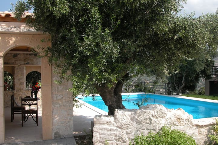 Villa, large private pool, huge estate, 50-60 acre, many own products, Heraklion