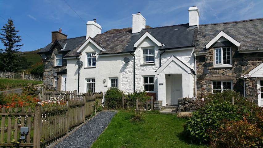 Cottage with hot tub boasting views over Snowdon! - Capel Curig - House