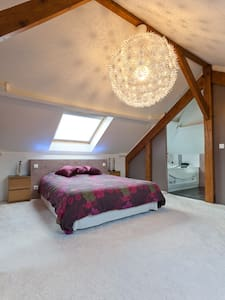 Bedroom with private bathroom and office. - Neuilly-Plaisance