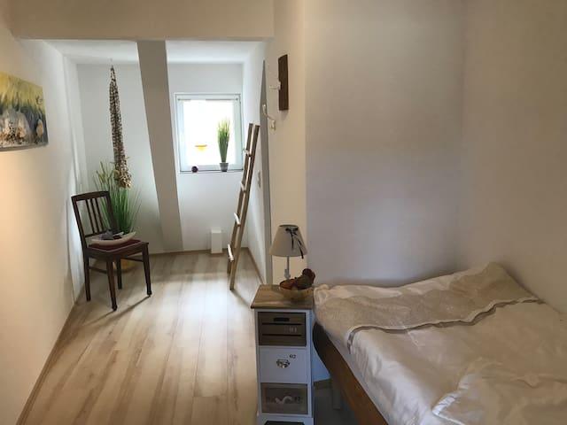 Elegantes Einzelzimmer mit eigenem Bad in WHG 8(2)