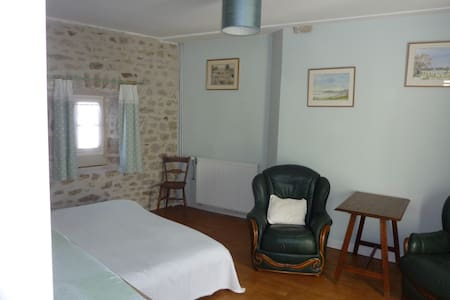 Townhouse St Jacques - Green room - Эимутье
