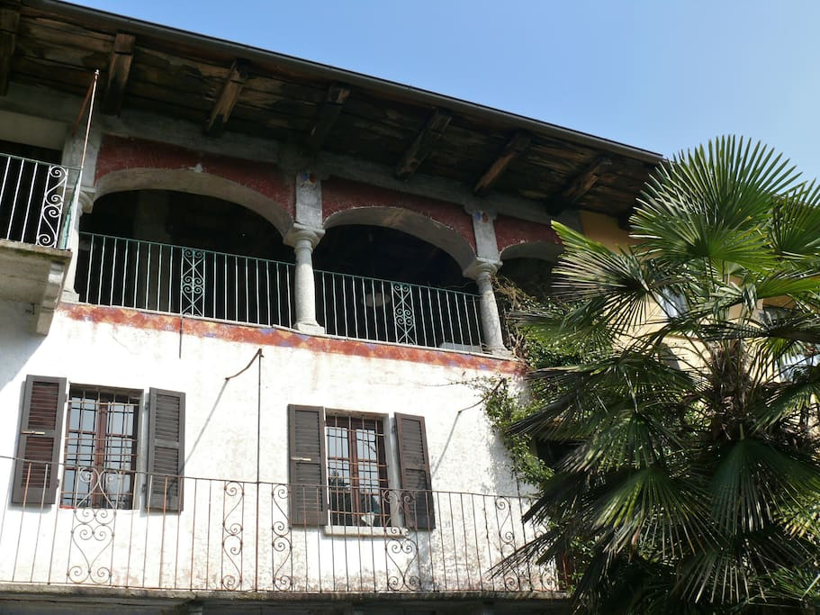 original erhaltene Loggia mit piemonteser Bögen aus Granit