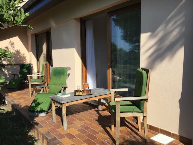 Petite terrasse privée devant chambre