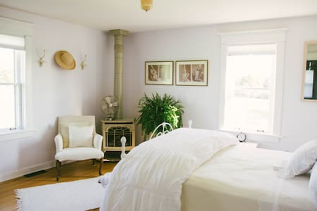 The Farmhouse Bed and Breakfast East Suite