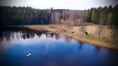 """Späť na prírodu: útulná chata vedľa jazera """"Úzke jazero"""""""