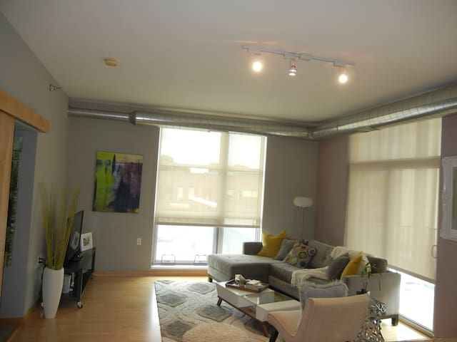 Beautiful Condo in Heart of Uptown! Dtown in 5 min