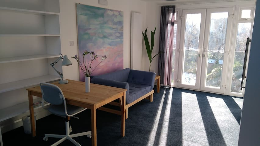 N London  studio: Muswell Hill/ E Finchley nr tube