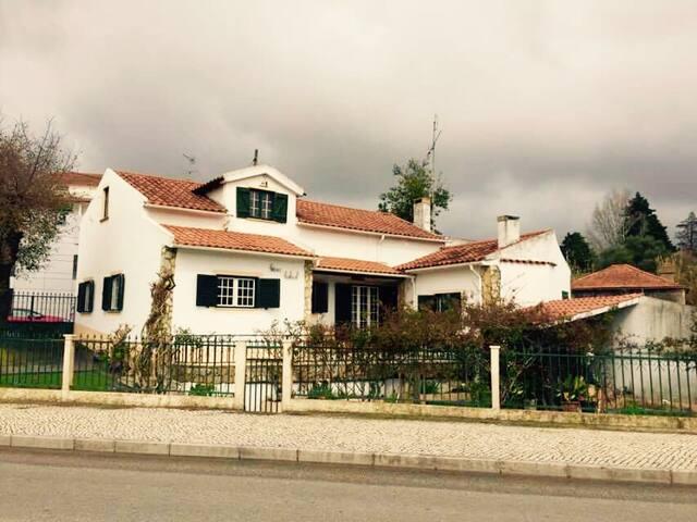 Quiet house with a beautiful garden - Leiria - Hus