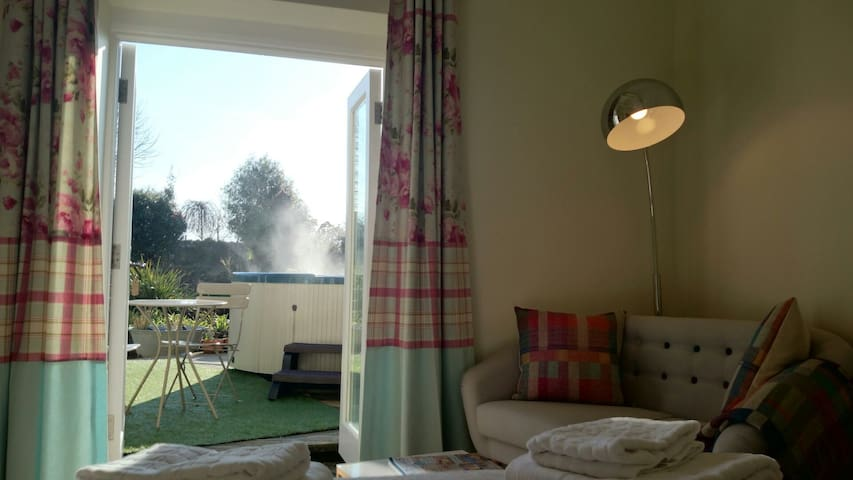 Cosy Snug with Hot Tub. Close to the Eden Project - St Austell - House