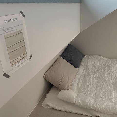 2층에는 아늑한 다락방이 있습니다. 푹신한 이불과 배게, 따뜻한 조명이 편안한 휴식시간을 제공합니다.