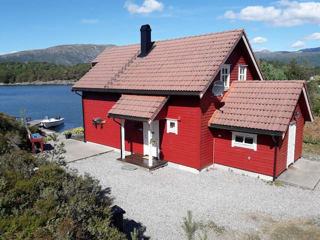 Feriehus/ rorbu med brygge og båtplass.