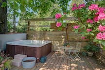 Hot Tub. Secluded Getaway In the City.