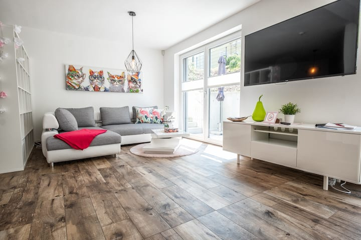 Moderne Souterrain-Wohnung mit Poolbenützung