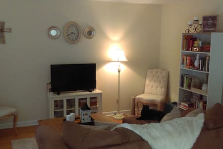 Private Room in Cozy Midtown Apartment - Tallahassee - 아파트