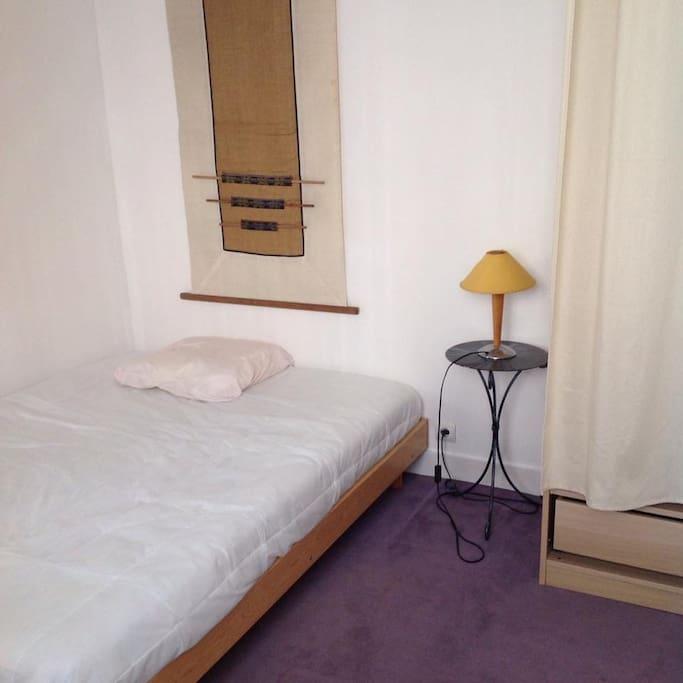 Chambre 1 : chambre avec moquette, lit double et dressing.