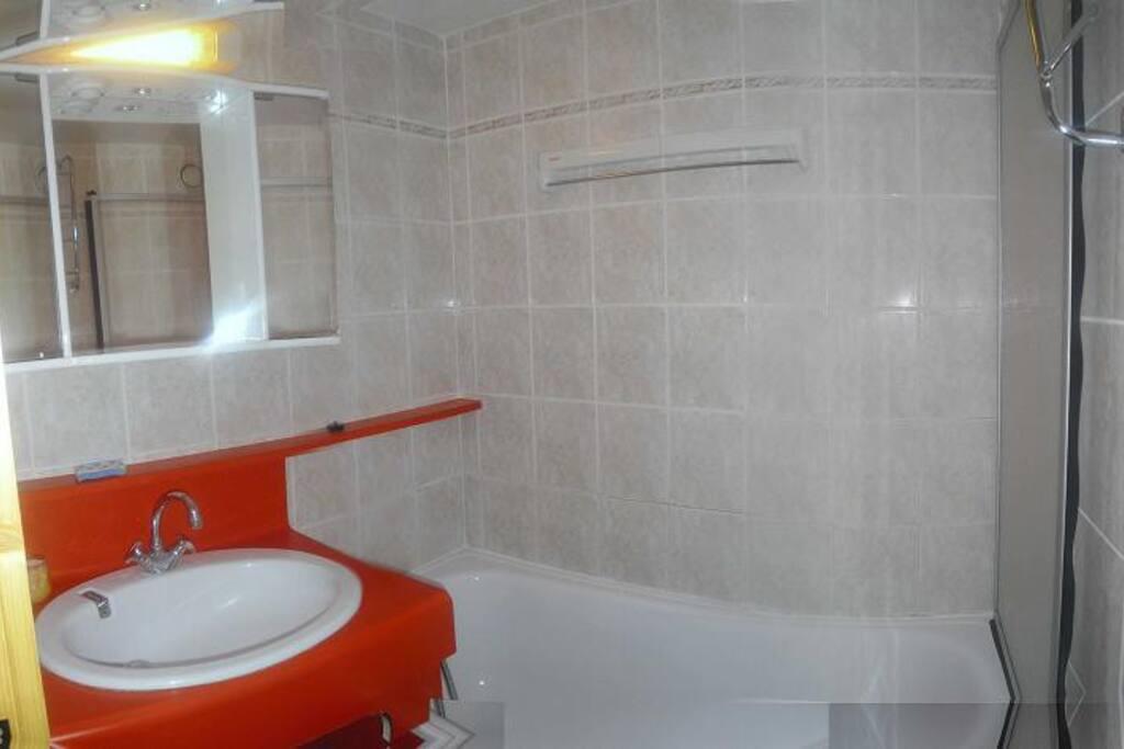 Détail, salle de bain avec bain/douche