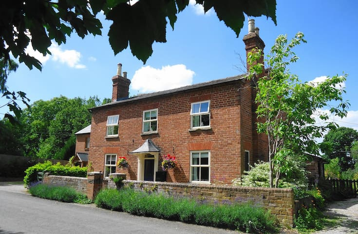 The Old Post House 5 bedroom with secure garden - Monkland - House