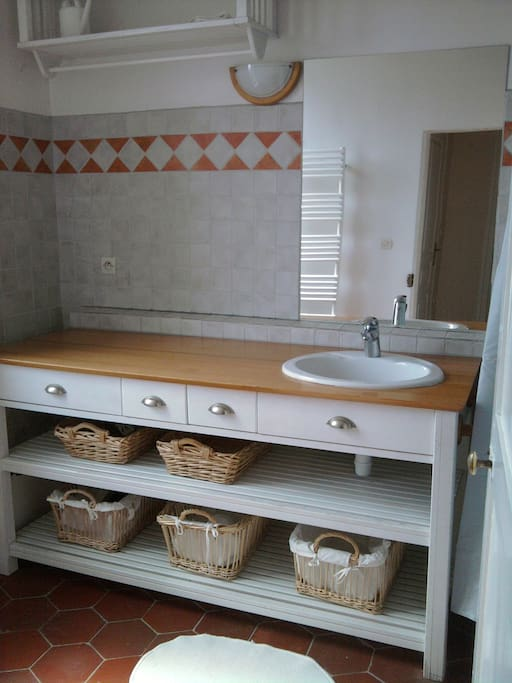 La salle de bain est à partager entre les résidents de la maison.