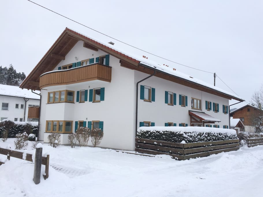 Modernes Haus im klassischen allgäuer Stil. Tiefgarage und Aufzug.