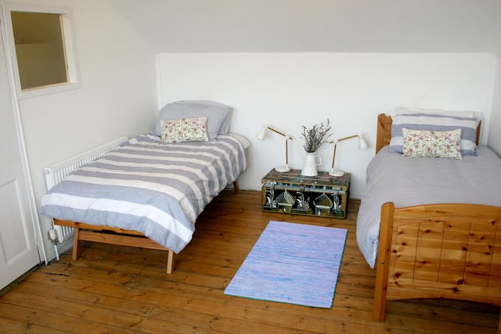 Bright spacious room with twin beds - 브라이튼(Brighton) - 단독주택