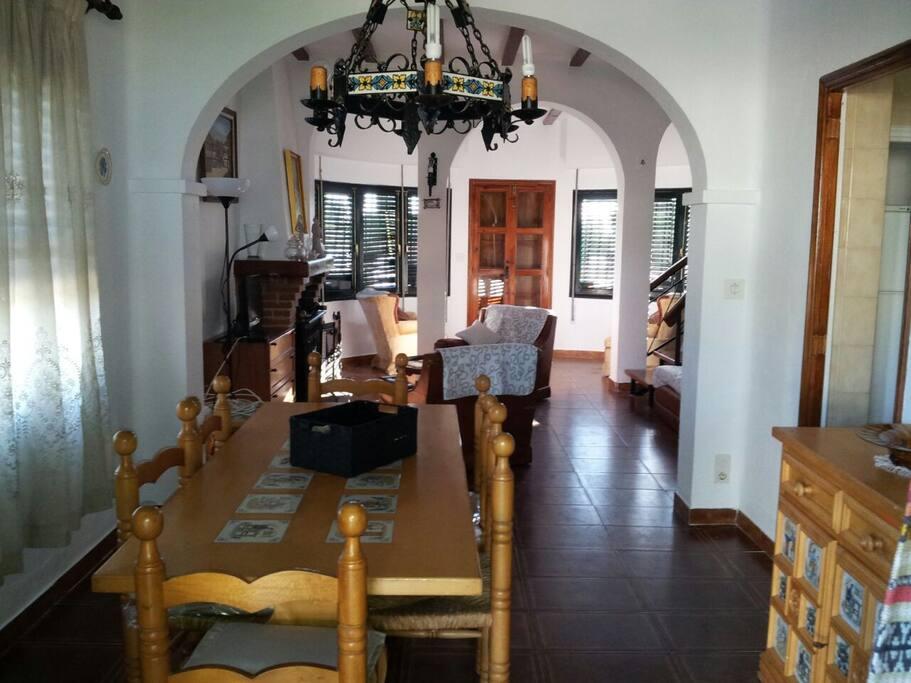Amplio, luminoso y confortable salón-comedor con chimenea.