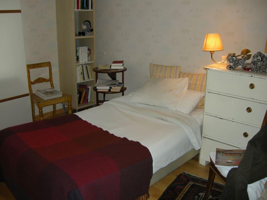Tyst sovrum med Duxsäng, 105 cm bred.