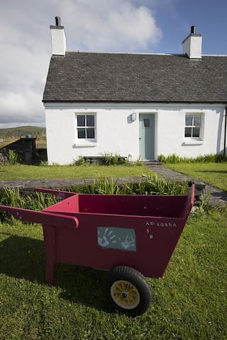 An Rubha Cottage on the peaceful Easdale Island with fantastic views over to Mull, coal fire , wifi. Sleeps 6