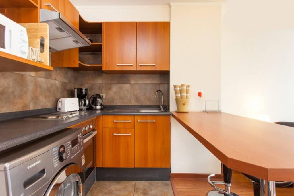Cocina completamente equipada con cocina, microondas y horno de convección. Tendrás todo lo esencial para cocinar a tu gusto-