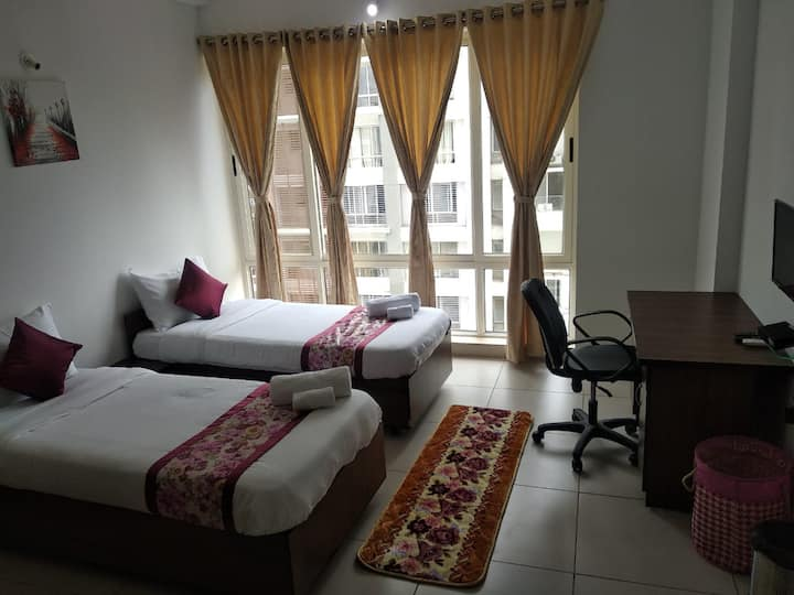 Godavari - Pvt Room in a 4BHK Serviced Apt-Kharadi