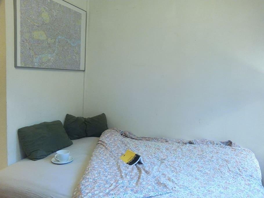 """Le canapé devient lit pour deux en quelques """"clics"""". Pratique en fin de journée quand on est fatigué."""
