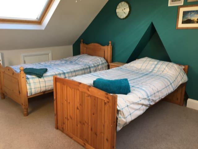 Spacious twin room with en suite - Worthing